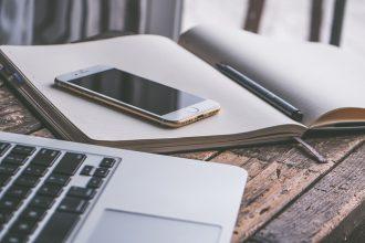 Un iphone posé sur un cahier