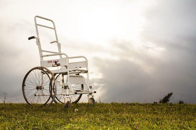 Un fauteuil roulant vide