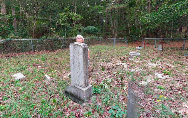 Tiens, mais que fait cette femme cachée derrière une pierre tombale ?