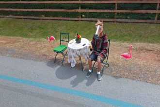 Mais que fait cet homme-cheval au bord de la route ?