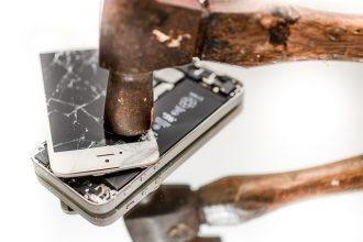 Un smartphone en train d'être détruit