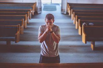 Un homme priant dans une église
