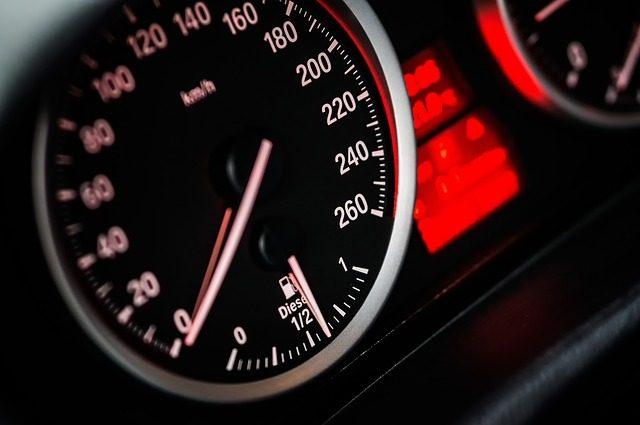 Un compteur de vitesse d'une voiture