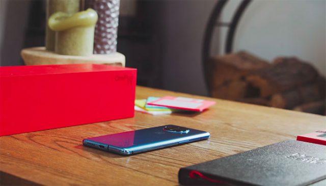Le OnePlus 7T posé sur une table