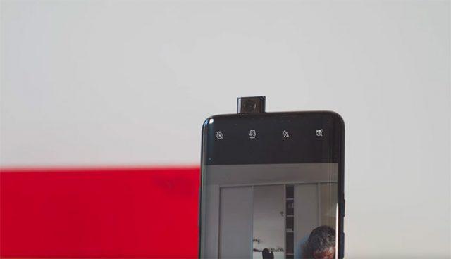 La caméra pop up, qui a besoin d'une seconde pour se déployer