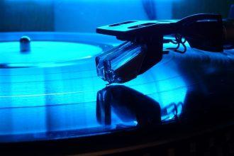 Un vinyle sur sa platine