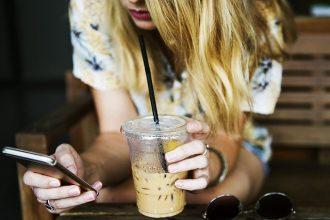 Un smartphone et un café, c'est la vie