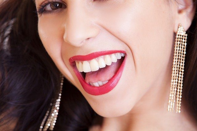 Une femme en train de sourire