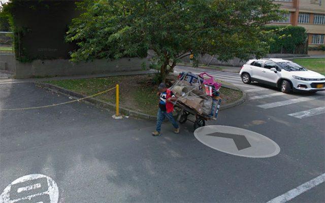 Un homme tirant un chariot dans Google Maps