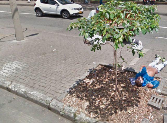 Un homme allongé dans Google Maps