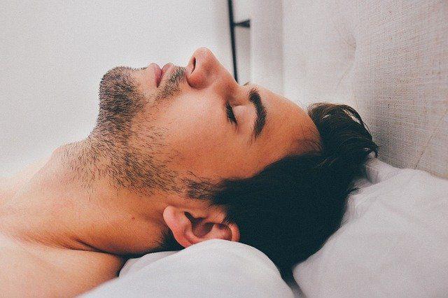 Un homme en train de dormir.