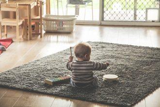Un bébé en train de faire de la musique