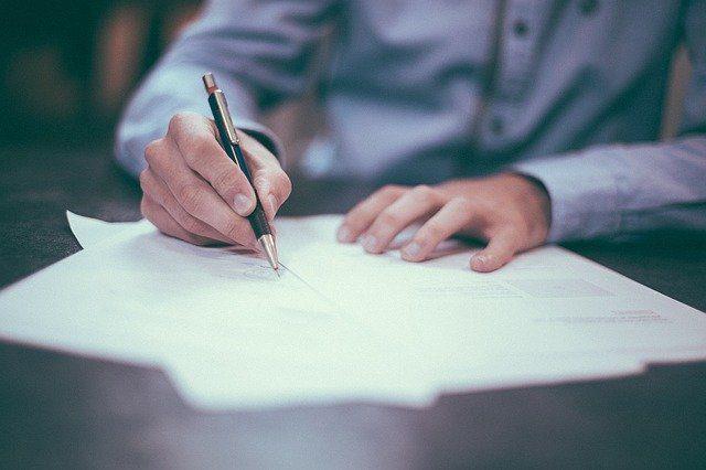 Un homme en train d'écrire