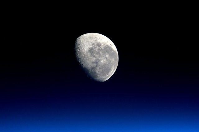 La Lune dans le ciel nocturne