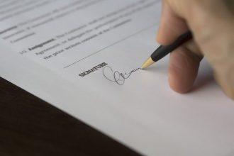 Un homme en train de signer