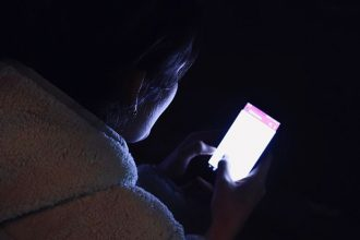 Un smartphone utilisé en pleine nuit