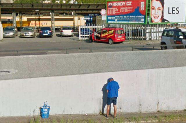Cet homme ne pensait sans doute pas finir sur Google Street View en baissant sa braguette ce jour là