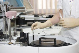 Un médecin en train d'effectuer des analyses médicales