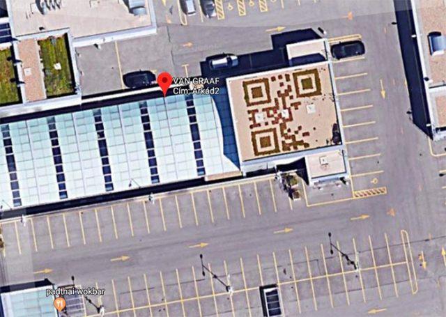 Mais que fait donc ce QR Code sur le toit de ce bâtiment ?