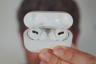 Les Airpods pro et leur boîte, qui tient dans la poche