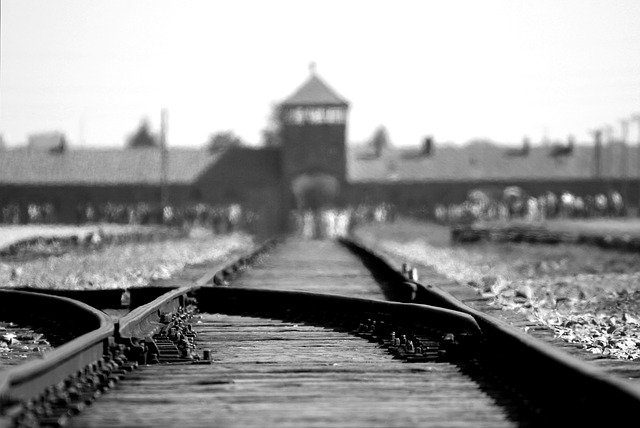Une photo prise devant le camp d'Auschwitz