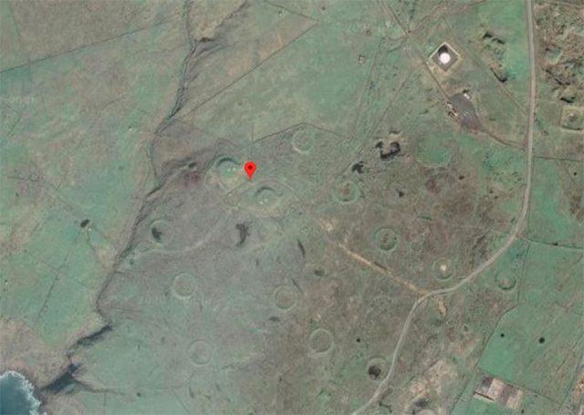 Il y a de drôles de cratères dans cette zone et ils n'ont rien de naturel