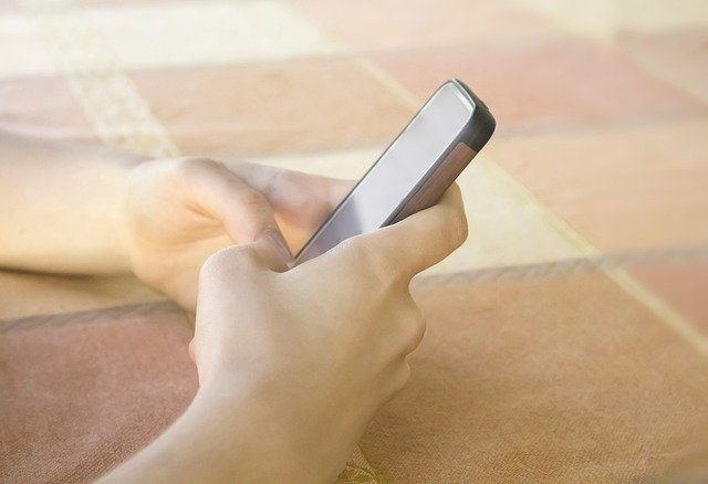 Un smartphone en mains