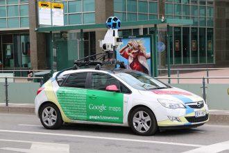 Une Google Car en train de se promener sur les routes du monde