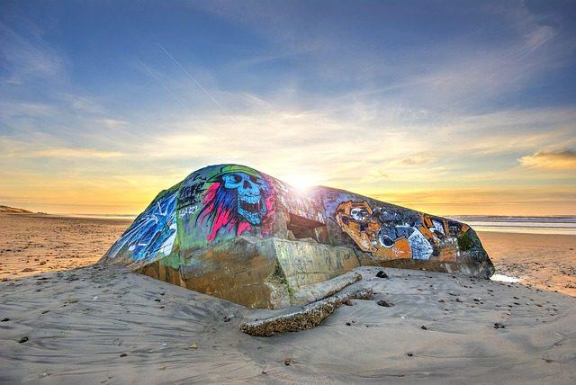 Un graff laissé sur une plage