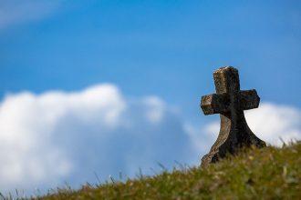 Une tombe sur le flanc d'une colline