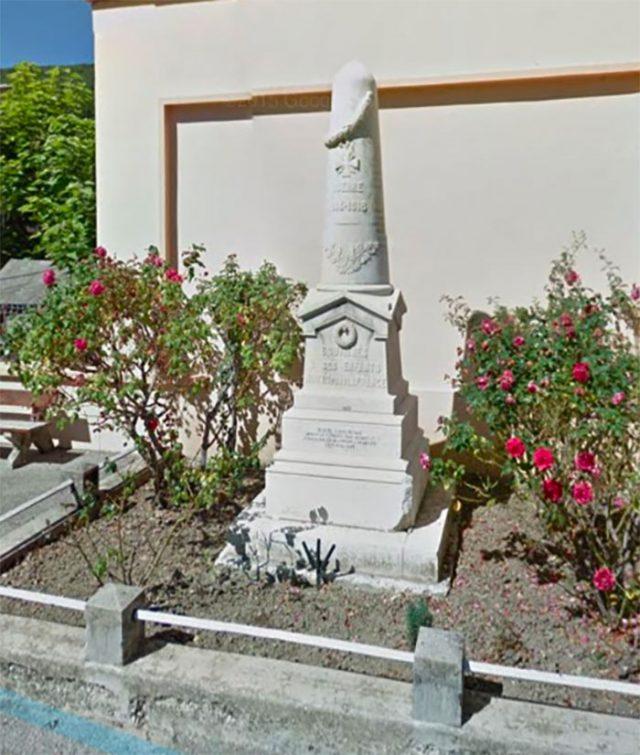 Ce monument aux morts a une drôle de tête, vous ne trouvez pas ?