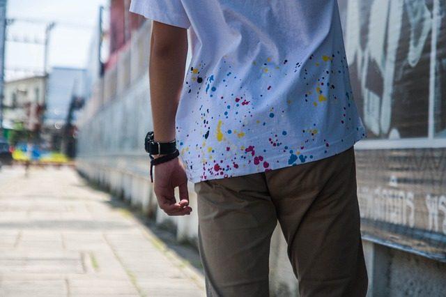 Un homme portant un tee-shirt