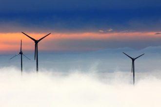 Des éoliennes dans la brume