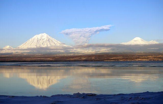 Un volcan au loin