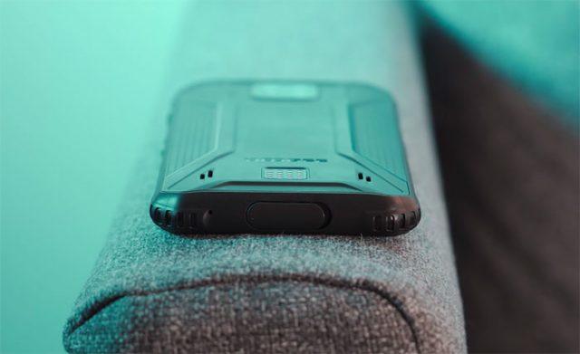 Le Doogee S95 Pro est équipé d'un connecteur assez particulier à l'arrière