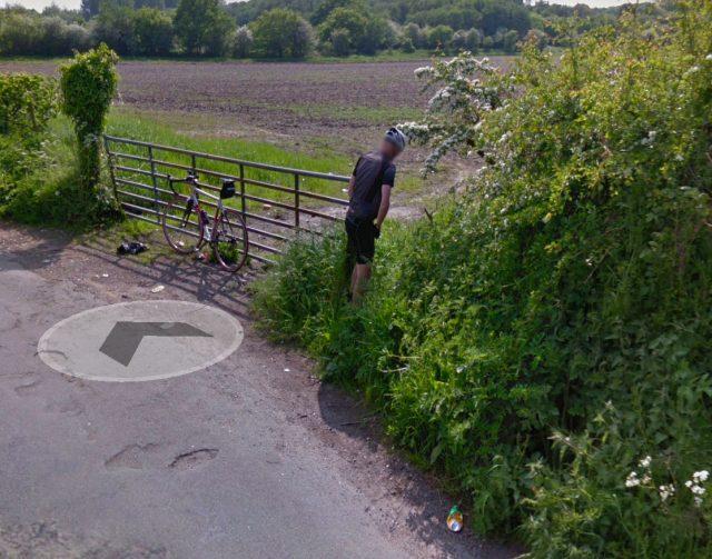 Cet homme n'aurait sans doute jamais pensé finir sur Google Maps en s'arrêtant à cet endroit pour se soulager