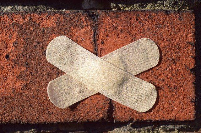 Un pansement collé sur un mur