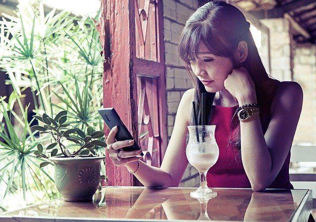 Une femme en train d'utiliser le WiFi