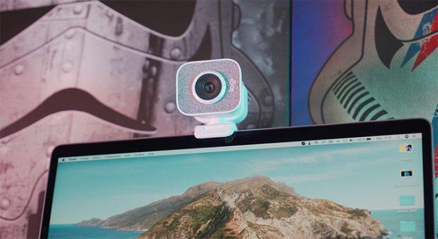 La StreamCam en peine action, juchée sur l'écran de mon MacBook Pro