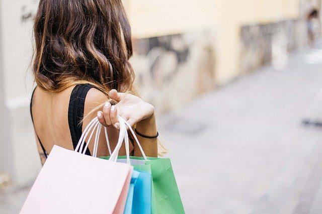 Une femme en train de faire ses courses