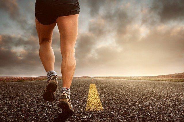 Un homme en train de courir un marathon