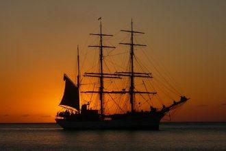 Un voilier dans le soleil couchant de Martinique