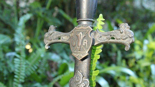 Une épée en pleine nature