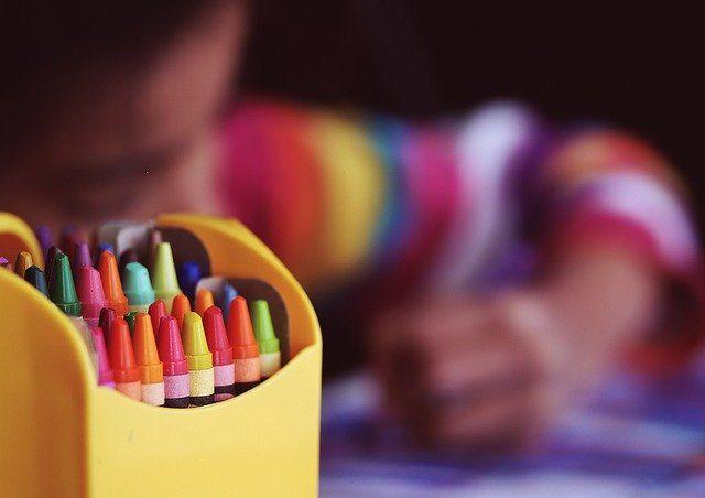 Un enfant en train de colorier