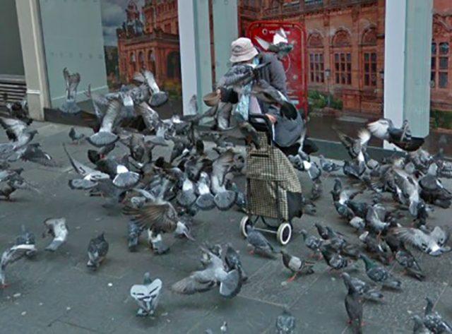 Cette femme semble avoir un penchant pour les pigeons.