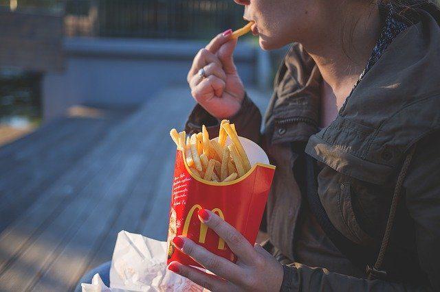 Un homme en train de manger des frites