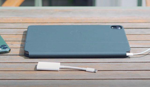 L'iPad Pro rangé. La housse n'est pas très épaisse.