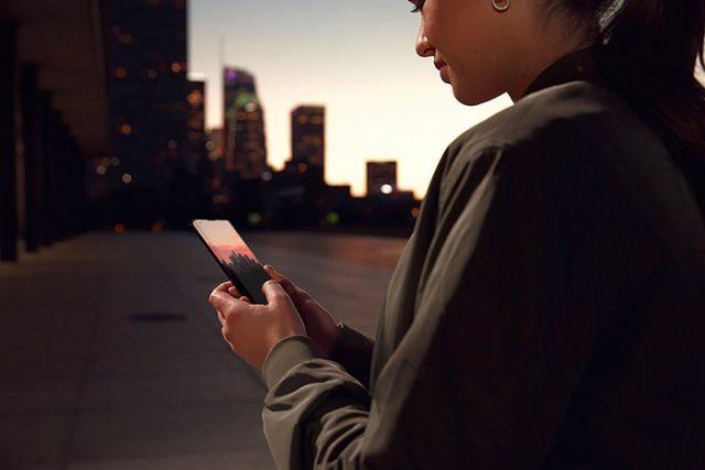 L'écran recouvre les bordures du téléphone