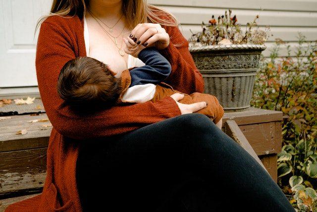 Une femme en train d'allaiter