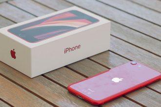 L'iPhone SE à côté de sa boîte